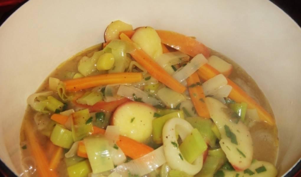 4. А теперь добавим яблоки и приправы, перекладываем мясо в казанок, заливаем соусом со сковороды, и под крышкой тушим 2 часа.