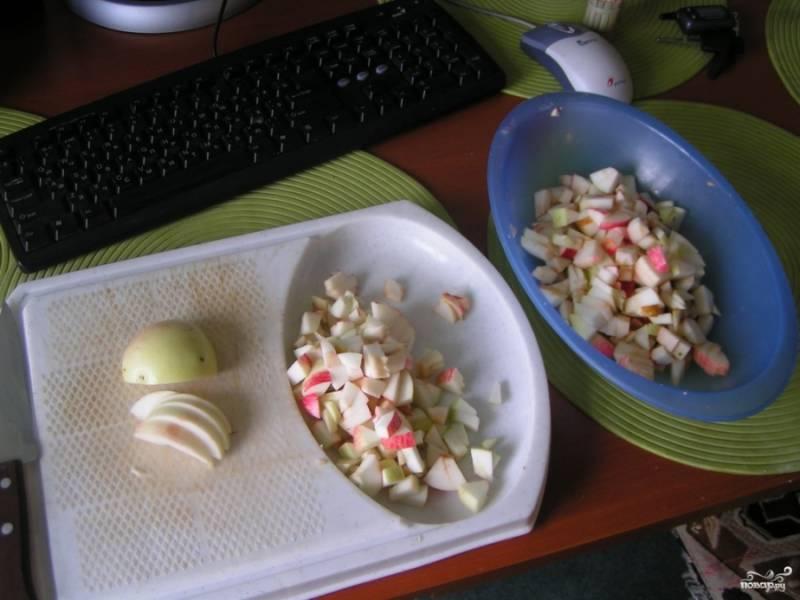 1. Отличный и быстрый рецепт, особенно при наличии слоеного теста. Итак, для начала нарезаем яблоки. Орехи можно добавить при желании, но для этого понадобится еще немного времени, чтобы наколоть их и поджарить.