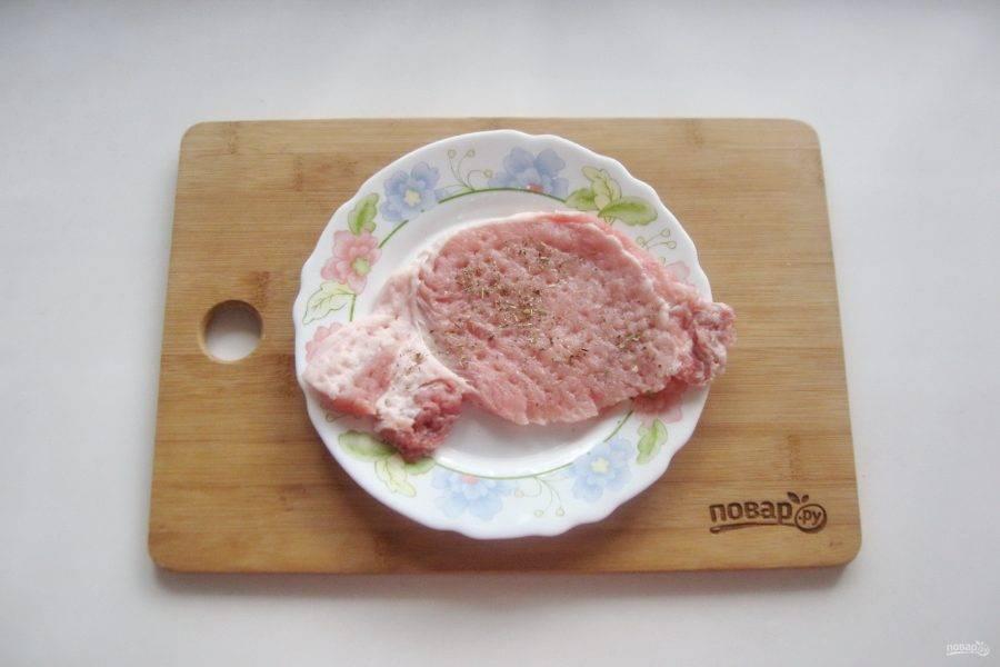 Мясо посолите и поперчите по вкусу.