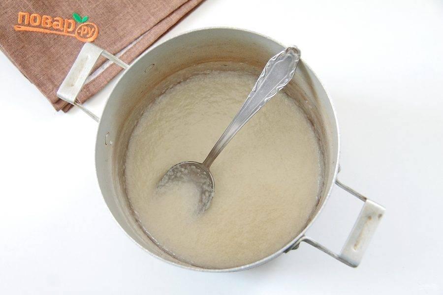 Пока тесто подходит приготовьте начинку. Для этого в небольшую кастрюльку влейте сливки, добавьте ванилин и оставшийся сахар. Помешивая на небольшом огне доведите сливки до кипения, убавьте огонь и продолжая помешивать варите 10 минут.