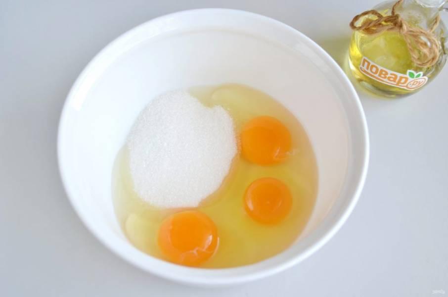 3. В другой таре соедините яйца с сахаром и перемешайте.