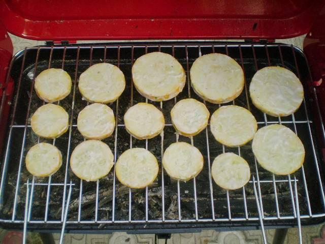 На решетку мангала выкладываем кабачки, томим их на углях до румяной корочки.
