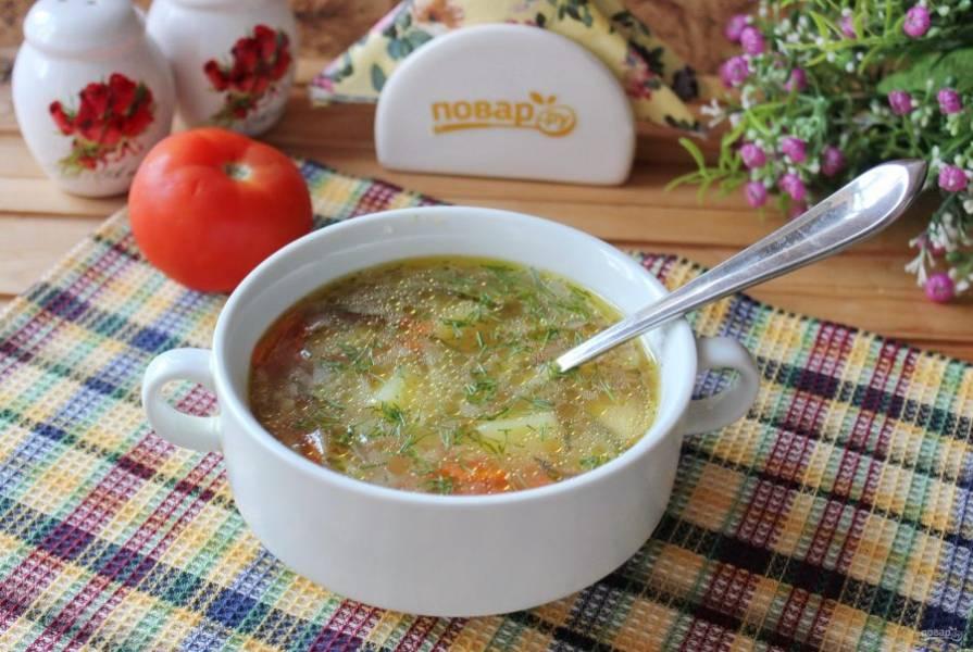 Рассольник с помидорами готов. Подавайте на первое в обед со сметаной или без неё.