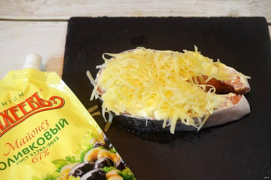 Посыпьте тертым сыром. Закройте рыбу фольгой.