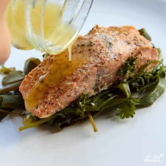 Сервируем следующим образом: кладем на тарелку зелень, наверх - кусочек рыбы, сверху поливаем соусом. Приятного аппетита!