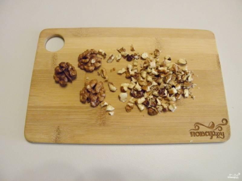 Орехи освободите от скорлупы и порубите мелко ножом.