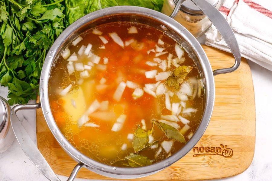 Очистите от кожуры репчатый лук и морковь, промойте и нарежьте овощи мелкими кубиками. Добавьте нарезку в емкость и отварите 3-4 минуты.
