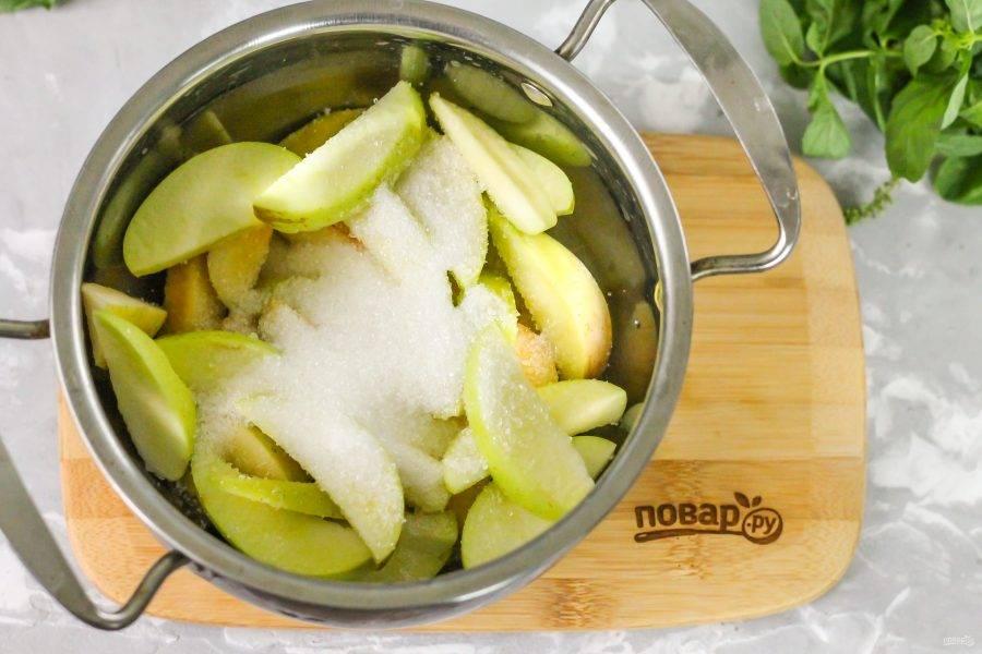 Всыпьте в кастрюлю сахар. По желанию можете добавить щепотку лимонной кислоты или лимонный сок.