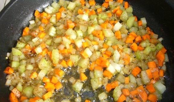 Затем выкладываем на сковороду морковку и сельдерей, жарим все еще минут 5 на среднем огне.