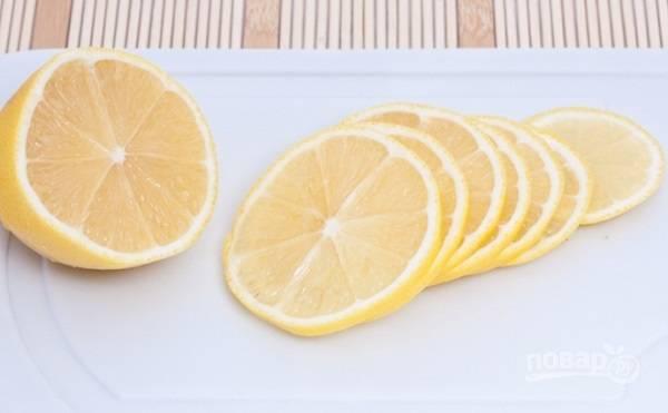 3. Вымойте, обсушите и нарежьте тонкими ломтиками половину лимона.
