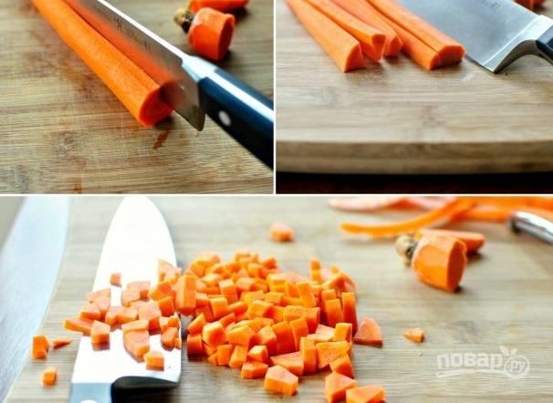 1. Бульон я рекомендую сварить заранее, курицу после остудите и разберите, отделив мясо от костей. Морковь очистите и нарежьте небольшими кубиками.