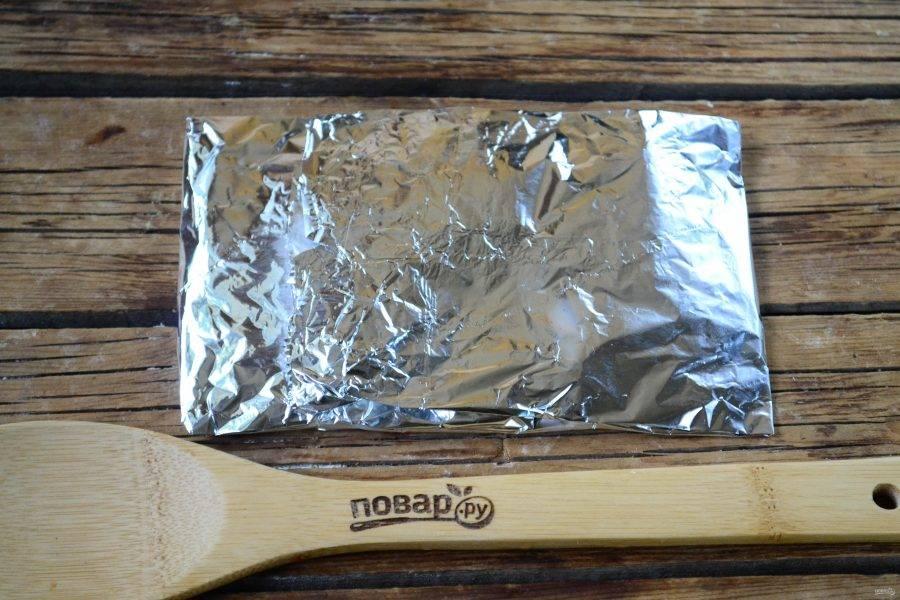 Заверните фольгу конвертом, чтобы рыбка была плотно запечатана, и отправьте в духовку. Через 15 минут после запекания при температуре 180 градусов фольгу разверните и запекайте еще 5-7 минут.