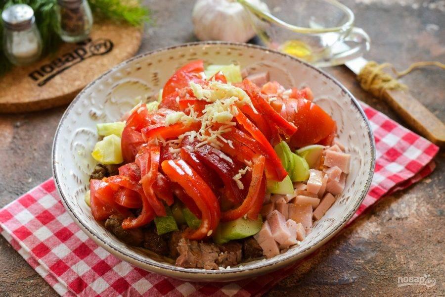 Добавьте в салат соль, перец, масло и измельченный чеснок. Перемешайте все и подавайте к столу.