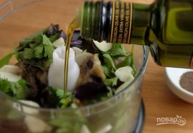 4. Чеснок нарежьте тонкими пластинами, отправьте в чашу. Также добавьте лимонный сок и оливковое масло. Посолите, поперчите и взбейте до однородной массы.