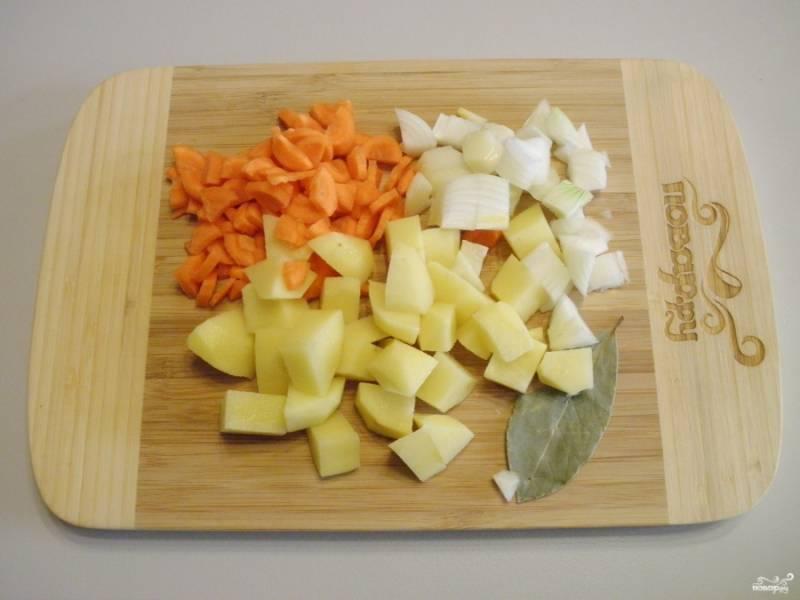 Очистите и порежьте все овощи небольшими кусочками. Из специй можно использовать лавровый лист, перец (горошком или молотый), коренья.