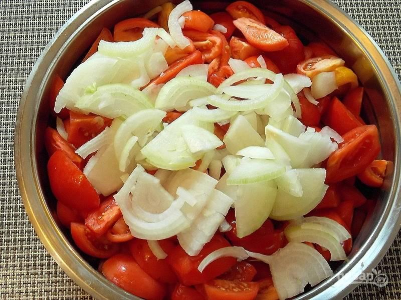 Порежьте лук, добавьте к помидорам.