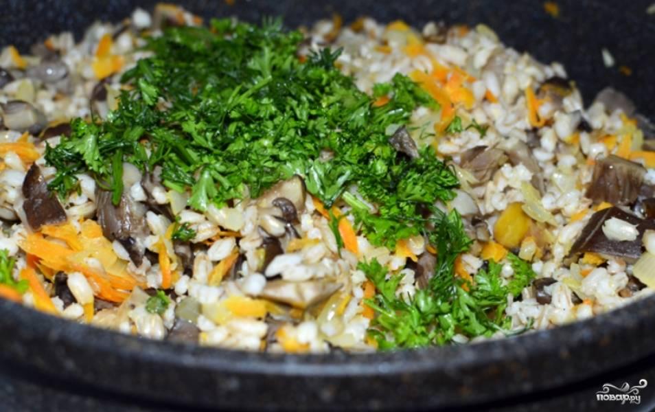 Соединяем перловку с вешенками, морковью и луком. Перемешиваем и присыпаем зеленью. Затем потушим продукты вместе 2-3 минуты. Все готово. Приятного аппетита!