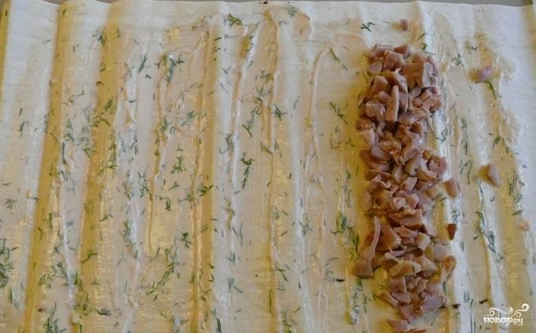 Чеснок пропускаем через пресс и смешиваем с измельченным укропом и майонезом. Смазываем этим соусом лаваш. Вдоль одного края раскладываем куриное мясо.