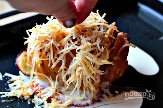 Посыпьте натертым сыром моцарелла и снова отправьте в духовку на 15 минут.