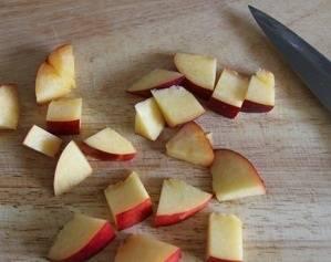 Промойте и порежьте персики на небольшие кусочки.
