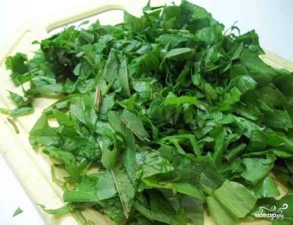 5. Зелень (а в данном случае это не только щавель, но и петрушка) вымойте, обсушите немного и нарежьте.