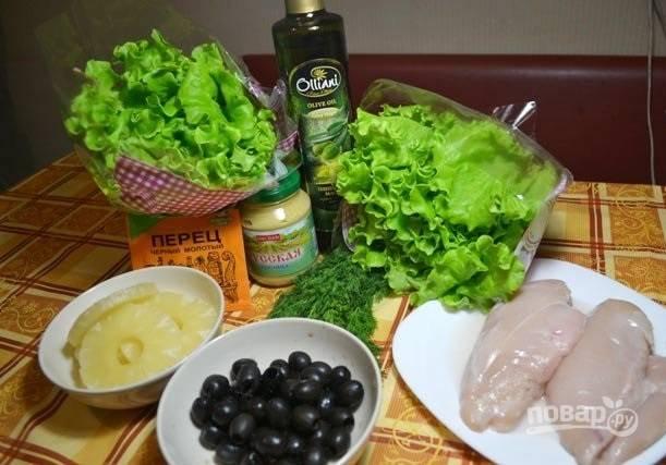 1. Набор ингредиентов, которые вам потребуются, довольно прост. Первым делом вымойте и отправьте вариться куриное филе.