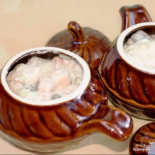 Доводим содержимое сковороды до кипения и сразу же перекладываем в горшочки или кокотницы.