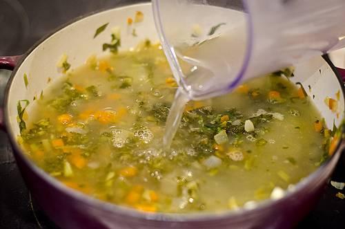 4. Бульон довести до кипения и влить в кастрюлю с овощами.