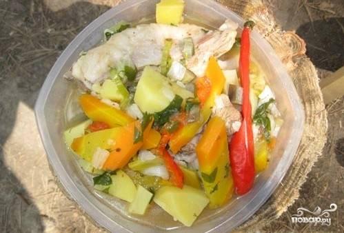 Разложить по тарелкам мясо и овощи.