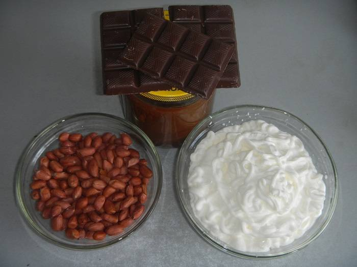 Подготовьте ингредиенты для крема.  Советую орешки обжарить (так, кстати, шелуха проще счищается) и измельчить (я делаю это в блендере, только не переусердствуйте: ореши не должны быть чересчур мелкими).