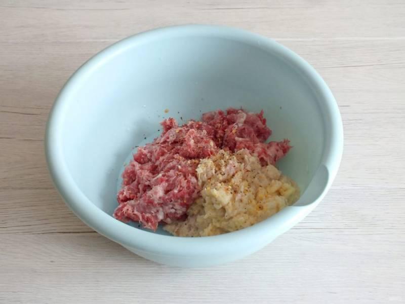 По истечении времени перекрутите размягченный хлеб, лук и яблоко через мясорубку со средней решеткой. Добавьте к мясному фаршу.