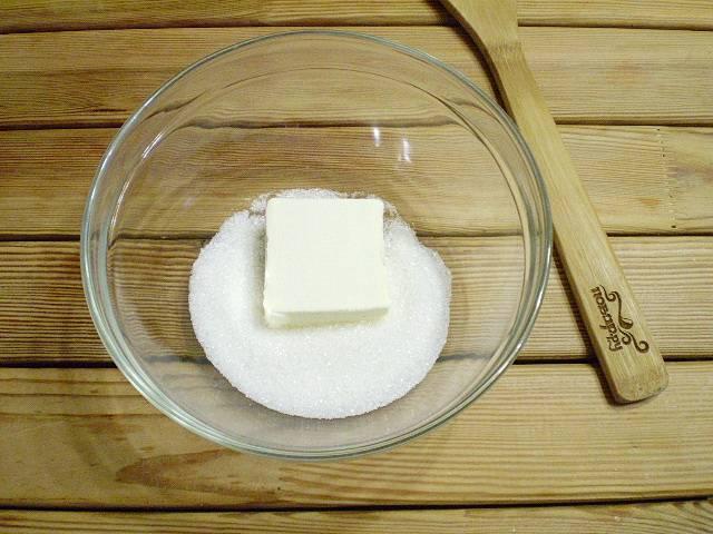2. Затем возьмите удобную глубокую ёмкость, в которой будем замешивать тесто для овсяного печенья. Насыпьте в неё сахар, положите масло.