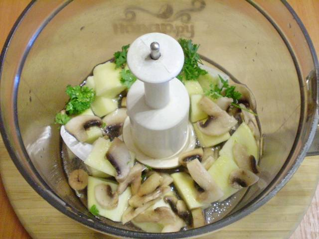 Сложите все ингредиенты для супа в блендер. Добавьте воду, соль. Масло можно добавлять сразу, а можно потом, порционно.