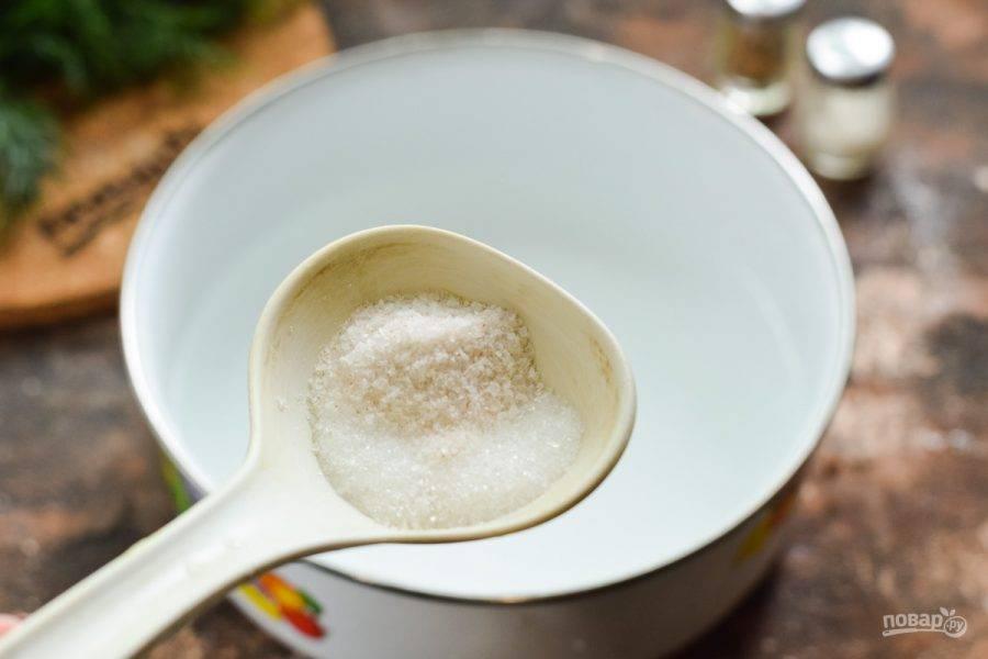 В кастрюле доведите до кипения воду, всыпьте соль и сахар, проварите минуту, добавьте уксус. После сразу выключите огонь.