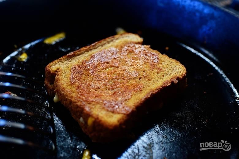 4. Поместите хлеб под закрытой крышкой сковороды и готовьте до тех пор, пока сыр не расплавится.