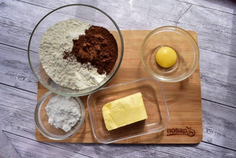 1.    Подготовьте необходимые ингредиенты для теста.  Муку и какао просейте в миску. Добавьте сахарную пудру и соль, перемешайте.