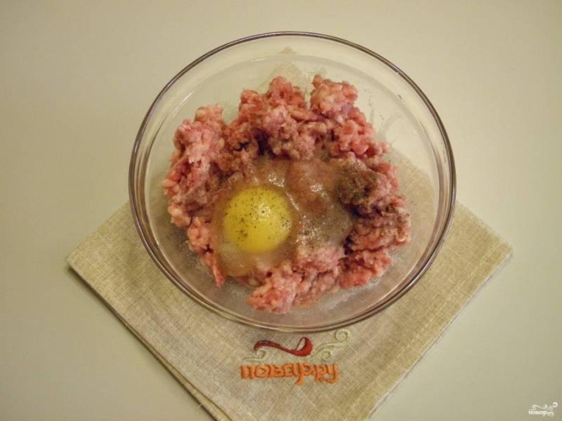 Фарш посолите, добавьте сырое яйцо, для лучшей связки фарша. Если фарш влажный, то добавьте ложечку муки. Сформируйте круглые фрикадельки.