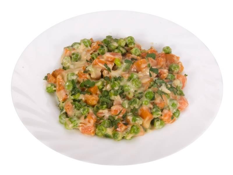 7. Морковь с зеленым горошком в молочном соусе можно подавать к столу! Для красоты можете добавить мелко нарезанной зелени. Приятного аппетита!