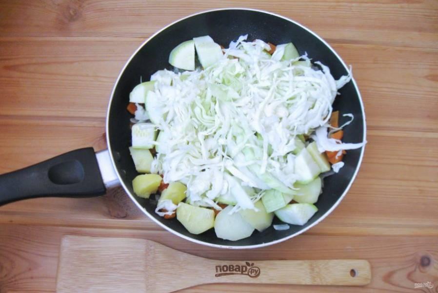 Капусту нарежьте тонкой соломкой и тоже выложите в сковороду. Рагу посолите по вкусу. Можно при желании поперчить и приправить вашими любимыми сухими специями.
