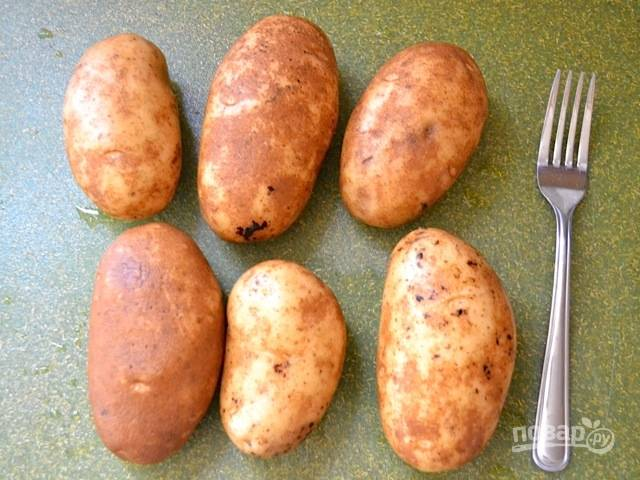 1.Тщательно промойте картофель, высушите и проткните его вилкой. Выложите картофель на противень, поставьте противень в заранее разогретую до 200 градусов духовку и запекайте в течение 40-45 минут.
