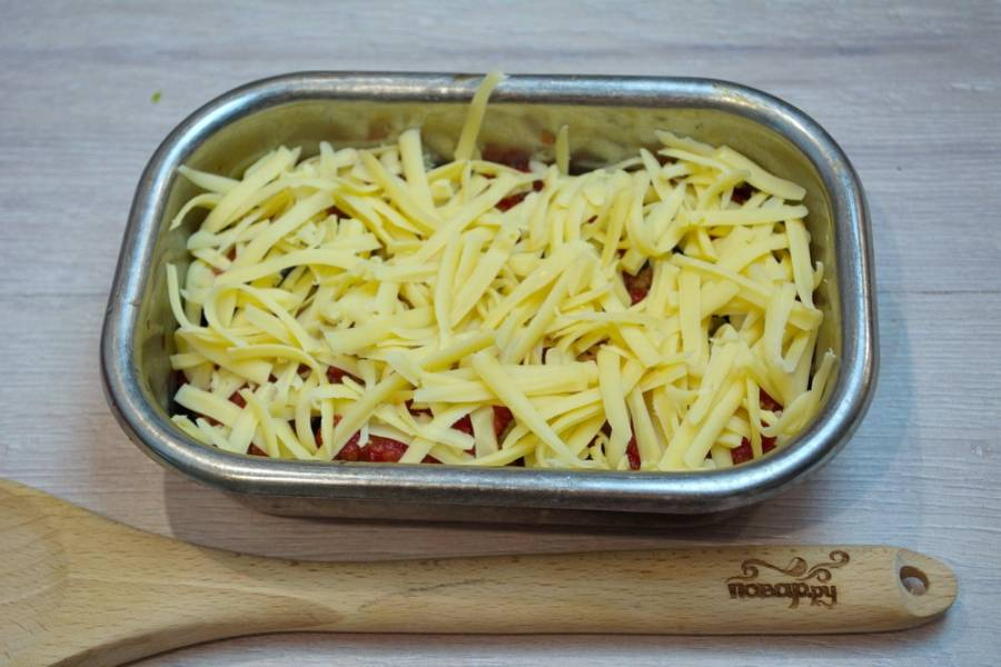 4. Натрите на крупной терке твердый сыр. Выложите поверх всего. Сыр нужно натирать именно на крупной терке, чтоб при запекании сыр не превратился в чипсы.