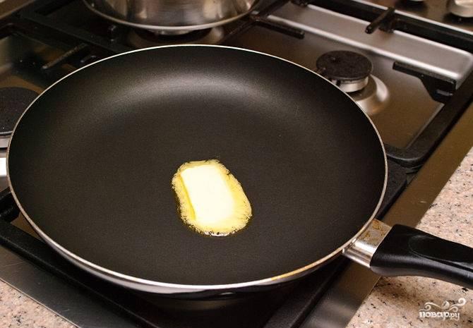 2. На сковороде растопить немного сливочного масла.