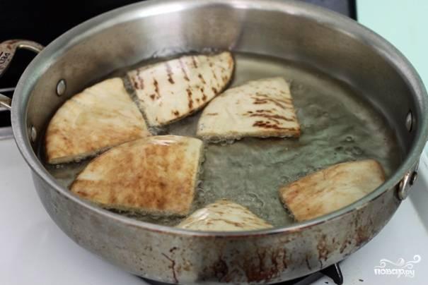 2. Теперь в сотейнике раскаляем масло, обжариваем в нём каждый кусочек с двух сторон.