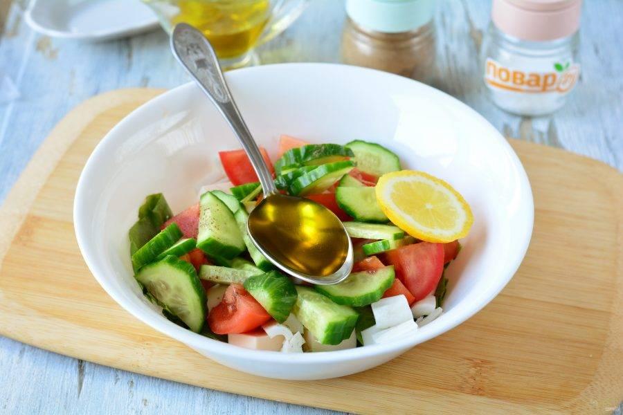Салат полейте лимонным соком и оливковым маслом, добавьте специи по вкусу.