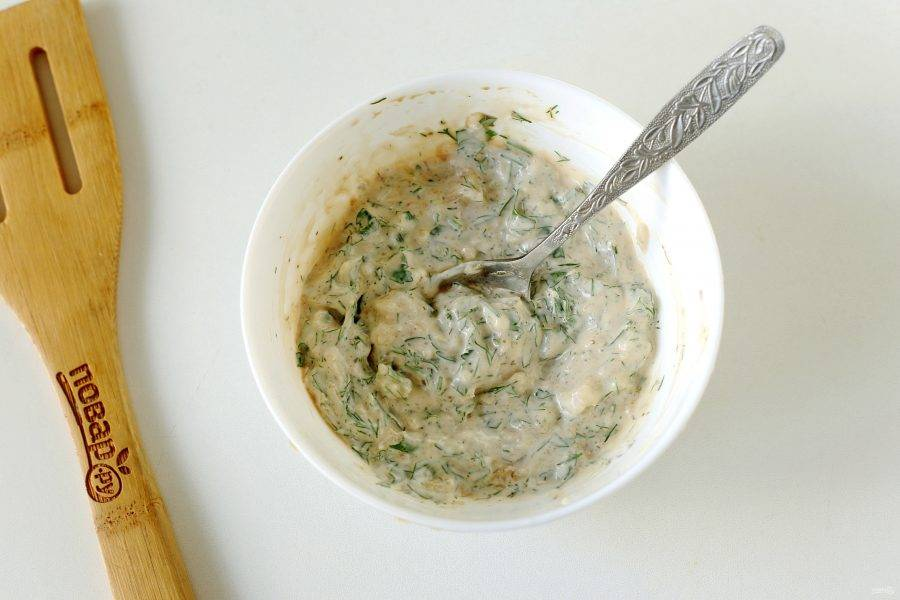 Соедините майонез, соевый соус, рубленую зелень, пропущенный через пресс чеснок и специи. Добавьте соль по вкусу и все перемешайте.