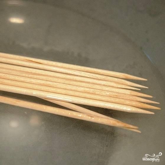 Шпажки для шашлыка вымачиваем в воде (обязательно).