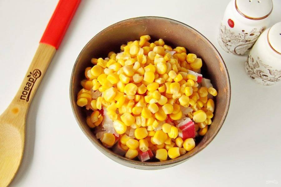 С кукурузы слейте сок и добавьте к остальным ингредиентам.