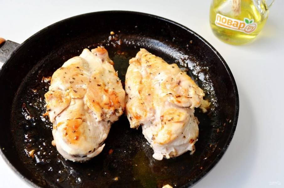 4. Куриное филе обжарьте на оставшимся масле со всех сторон до готовности. Можно запечь куриное филе в духовке, для этого прогрейте духовку до 220 градусов и запекайте примерно 30 минут.