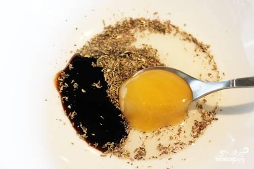 Добавляем к ним мед, бальзамический уксус и оливковое масло, солим.