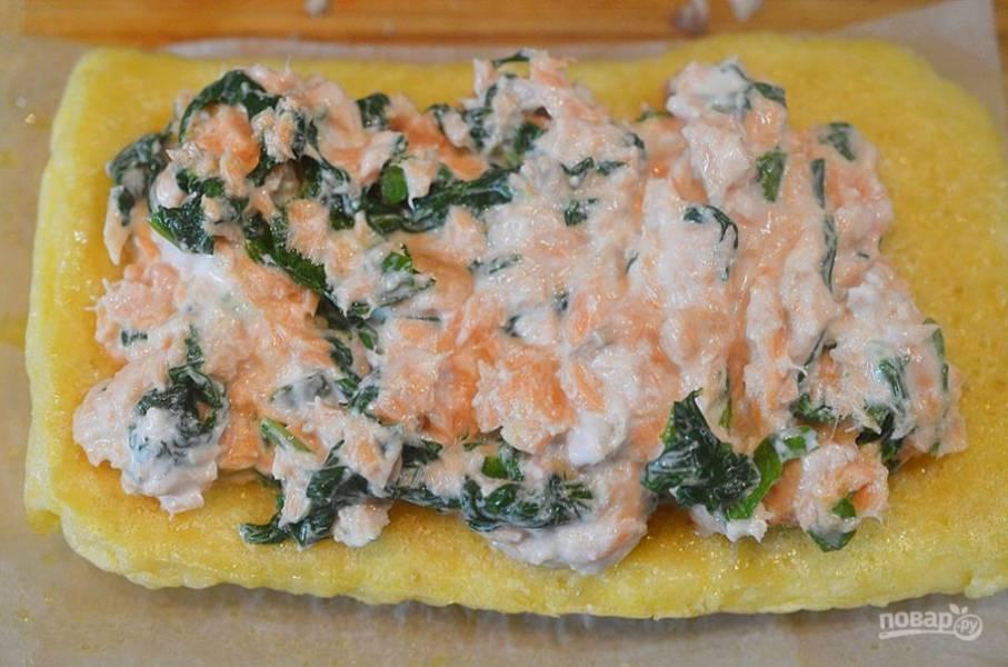 7. Смежьте омлет томатным пюре и выложите начинку.
